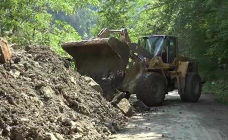 Un drum județean din Alba, blocat de o alunecare de teren. Sute de oameni au rămas izolați