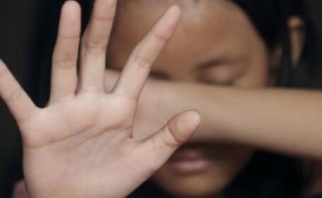 Copilă de 13 ani însărcinată, după ce a fost violată 3 ani de tatăl ei. Familia, milionară de pe urma morții a 2 copii