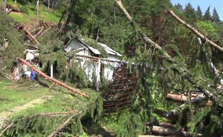 În numai o jumătate de oră, o furtună a făcut prăpăd într-o comună din Neamţ