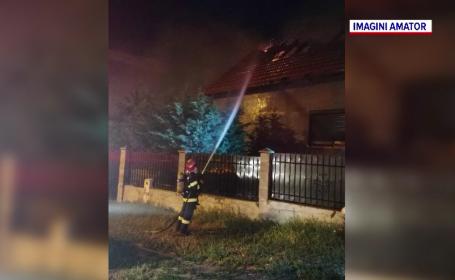 Incendiu violent în Oradea. Acoperișul unei case a fost înghițit de flăcări