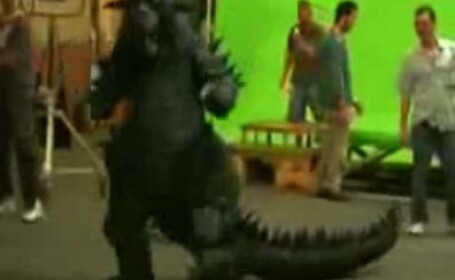 Ronaldo jongleaza mingea costumat in Godzilla!