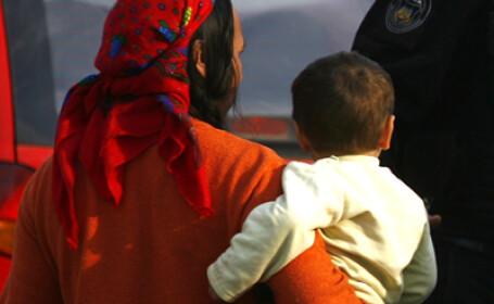 O femeie de etnie roma a lovit un politist francez cu un bebelus