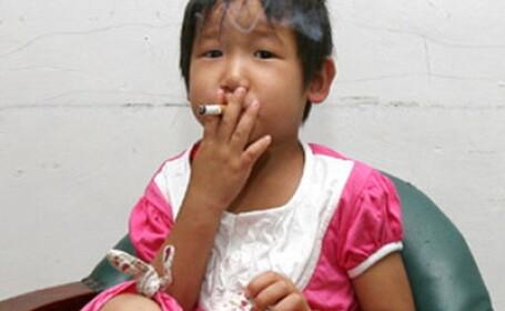 Fata de 3 ani, fumeaza si bea