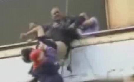 Sinucidere ratata. A plonjat spre moarte, cu pantalonii in vine! VEZI VIDEO
