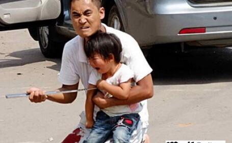 Un chinez isi ameninta fiica
