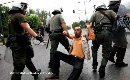 Protestatari luati pe sus in Grecia