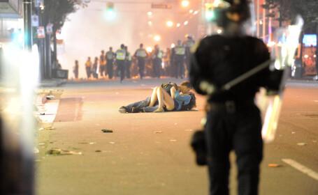 POZA ANULUI! Make love not war! Cine sunt indragostitii care au decis sa se iubesca in timpul revoltelor provocate de fanii lui Vancouver!