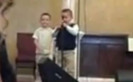 copii canta in Biserica