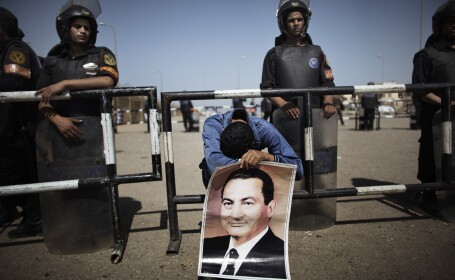 Mubarak, condamnat la inchisoare pe viata. Lacrimi si masca de oxigen la iesirea din elicopter