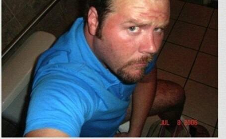 barbat pe WC