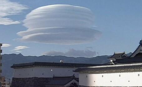 Fenomen meteo rar in Japonia. Un nor in forma de palarie a aparut deasupra Muntelui Fuji