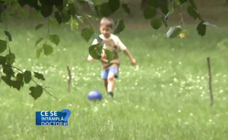 copil se joaca in parc