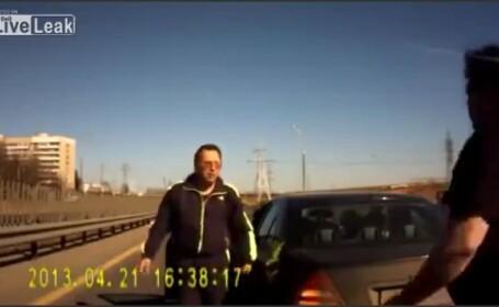 A vrut sa-l ameninte pe un barbat din trafic, insa a primit o lectie. Patania unui sofer rus. VIDEO