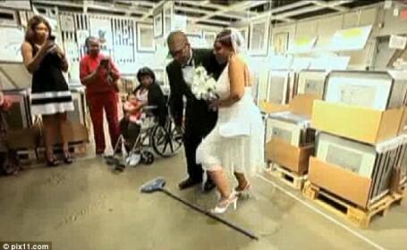 Povestea inedita din spatele acestei imagini: motivul pentru care un cuplu s-a casatorit la Ikea