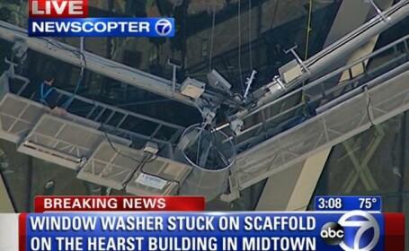 Operatiune spectaculoasa de salvare: 2 muncitori au ramas suspendati de un zgarie-nori din New York