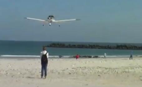 Aproape de o tragedie. Un barbat a fost aproape strivit de un avion care incerca sa aterizeze