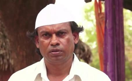 Indianul care merge cu spatele de 25 de ani pentru pace nu mai stie sa mearga normal. \