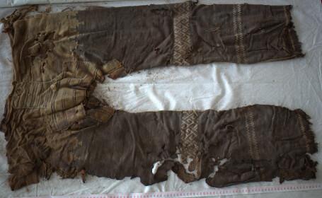 Cei mai vechi pantaloni din lume ar fi la moda si azi. Au 3.000 de ani, dar seamana cu pantalonii lui Bieber