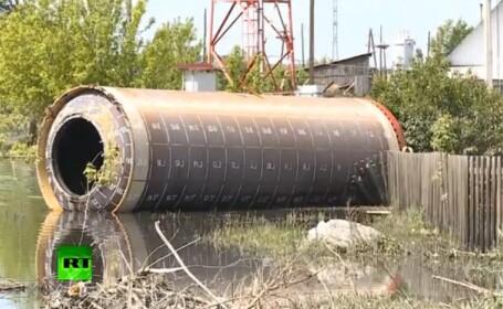 Un misterios tub de metal a fost adus de ape intr-un sat din Rusia. VIDEO