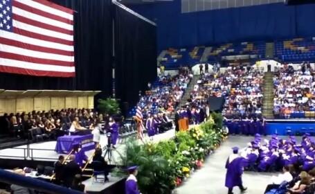 Gestul facut de un tanar la ceremonia de absolvire l-a lasat fara diploma de liceu. S-a intamplat in drum spre scena