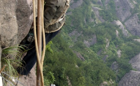 Scarile catre civilizatie: Copiii chinezi invata sa se catere pe munti, ca sa ajunga la scoala