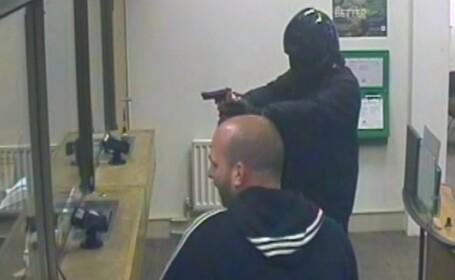 Jaf armat de tot rasul la o banca din Londra. Atacatorul a fost fugarit de angajatul care spala geamuri. VIDEO