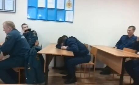 Farsa devenita viral pe internet. Cum l-au pacalit colegii pe un pompier care a adormit in post. VIDEO