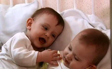 Tatal fetitelor gemene, abandonate in scara unui bloc din Capitala, le-a vazut pe copile la Stirile ProTv. Reactia mamei