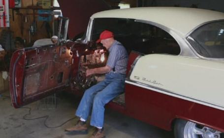 Un batran si-a indeplinit dorinta de o viata la 91 de ani: a trecut cu masina prin usile inchise ale garajului