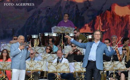Violonistul Andre Rieu (dr.) participa la repetitii alaturi de naistul Gheorghe Zamfir (stg.), in Piata Constitutiei din Bucuresti, pentru seria de sapte concerte pe care le va sustine in perioada 5-14 iunie. FOTO AGERPRES