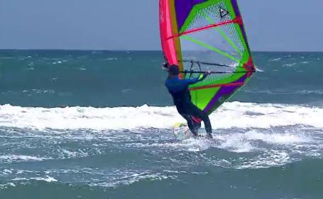 Romanii care se bucura de codul galben de vant de pe litoral. Ce sporturi extreme practica in Marea Neagra