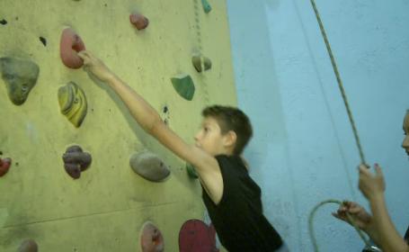 Un fost campion balcanic la escalada ii ajuta pe copiii cu handicap sa-si depaseasca limitele. Cum il puteti sustine