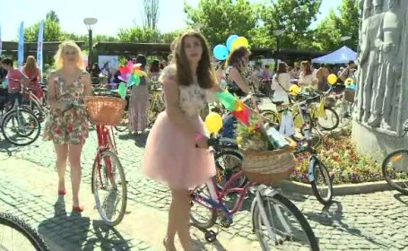 SkirtBike 2015. Mii de tinere s-au plimbat, in fusta si pe biciclete, prin marile orase. Printre ele au fost si \