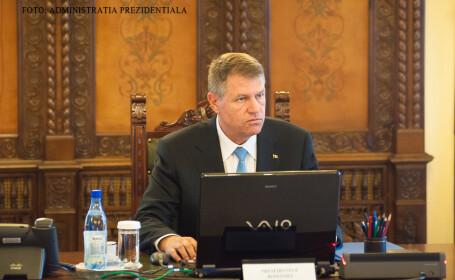 Klaus Iohannis la laptop
