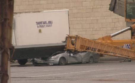 Un sofer a scapat cu viata la limita, dupa ce o macara s-a rasturnat peste masina sa, in parcarea unui mall din Suceava