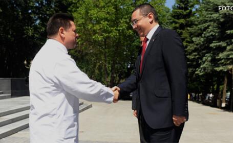 cover Victor Ponta da mana cu un medic