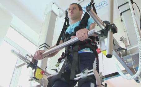 Un robot unic in Romania ajuta bolnavii paralizati din Iasi sa mearga din nou. Primul pacient, un politist criminalist