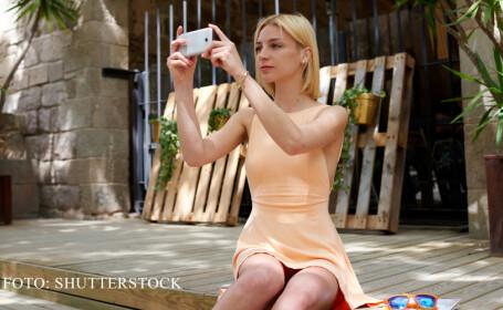 femeie care filmeaza cu telefonul