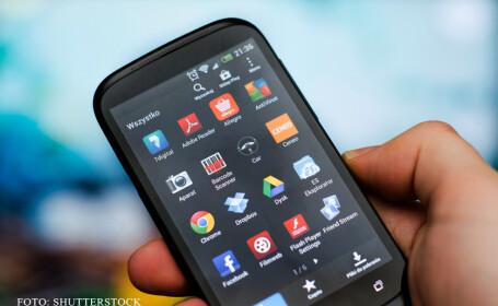 telefon cu Android tinut in mana