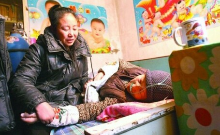 A ramas falita dupa ce a adoptat 75 de orfani. Povestea impresionanta a unei foste milionare din China