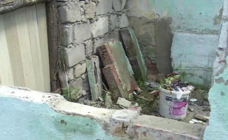 O fetita de 8 ani, zdrobita de un zid din curtea casei. Mama a scapat-o din ochi timp de 10 minute