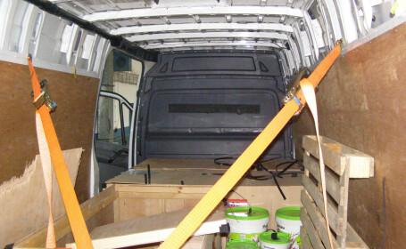 Ce au descoperit politistii de frontiera romani intr-un microbuz care venea din Bulgaria. Erau ascunsi in cutii. FOTO
