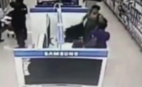 Jaf filmat intr-un magazin de electrocasnice. O femeie ascunde un televizor sub rochie si iese neobservata. VIDEO