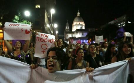 Cazul fetei violate de 30 de barbati a starnit revolta. 5000 de femei au iesit in strada sa protesteze, in Rio de Janeiro