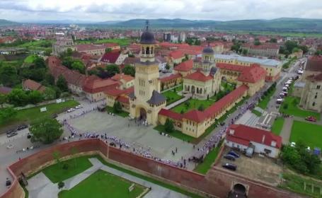 1000 de copii din centrele de plasament au inconjurat catedrala din Alba Iulia. Mesajul transmis de Ziua Adoptiilor