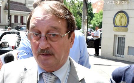 Mircea Basescu sustine o declaratie la iesirea din sediul Directiei Nationale Anticoruptie