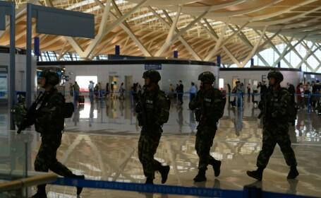 Patru raniti pe aeroportul din Shanghai. Camerele au surprins atacul: un barbat a aruncat o sticla cu explozibili