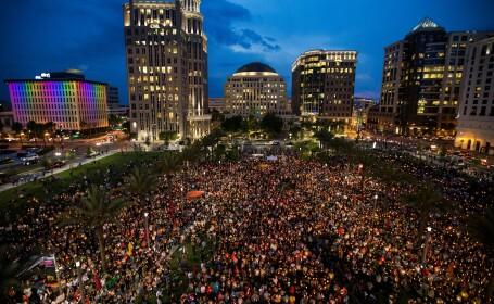 Mii de oameni s-au adunat sa planga victimele atacului sangeros din club, in Orlando, SUA