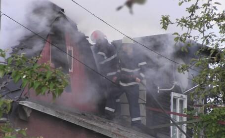 Clipe de groaza pentru un batran din Dej. Casa i-a luat foc, iar pagubele sunt insemnate
