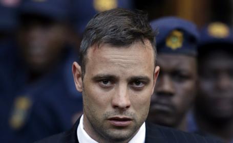 Oscar Pistorius si-a dat jos protezele in sala de judecata si a mers prin fata juratilor. Pedeapsa ceruta de procuror